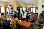 Sinergitas Babinsa dan Bhabinkamtibmas Joyotakan Komsos di Kantor Kelurahan