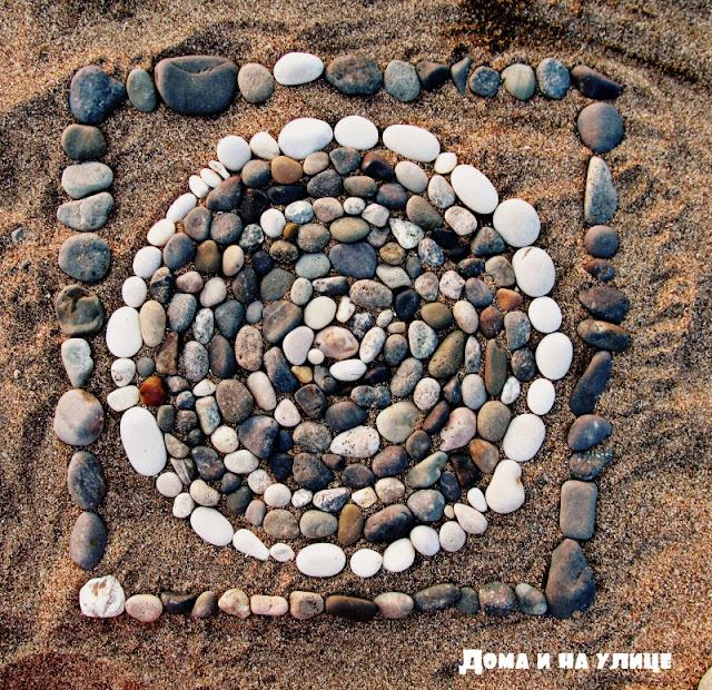 из камней игры на галечном пляже