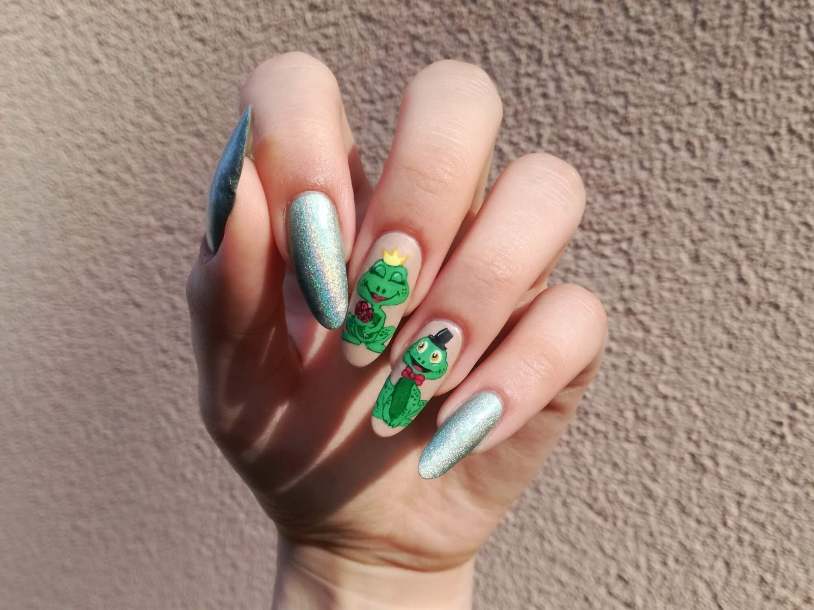 żabki na paznokciach