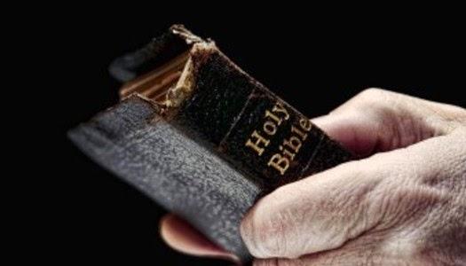 Sosteniendo una Biblia