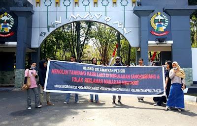 ASP saat membentangkan spanduk kampanye di depan Kantor Gubernur Sulsel. Selasa, (11/8/2020).