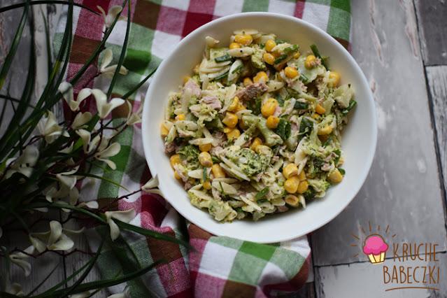 Sałatka z makaronem, brokułem, tuńczykiem i kukurydzą