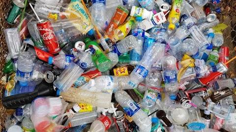 A PET- palackos üdítők felelnek a környezetszennyezésért és a mértéktelen cukorfogyasztásért is