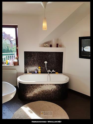 nowoczesna łazienka z oknem
