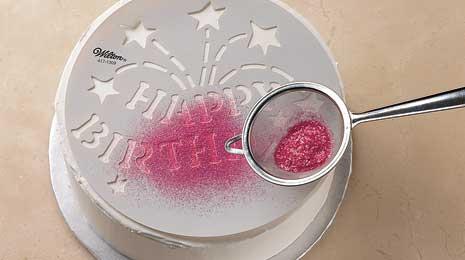 Decoração de stencil com açúcar colorido
