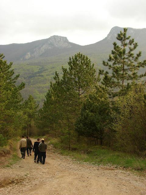 Спускаемся с перевала к селу после предварительной разведки в каньоне