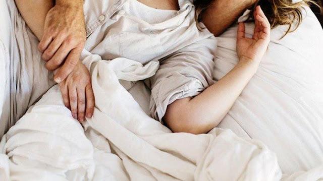 Benarkah Kunci Kepuasan Seks Tergantung Wanita Mengarahkan Tangan Pasangannya?
