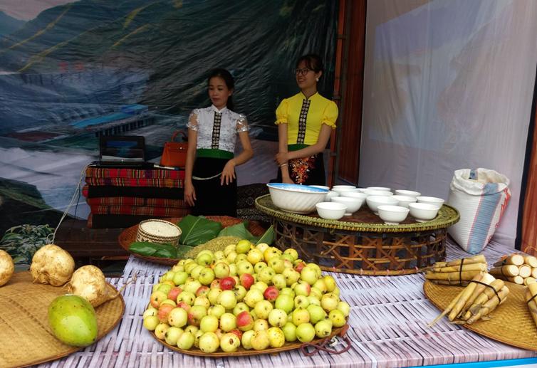Hình ảnh quả sơn trà (táo mèo) giới thiệu tại bữa cơm đón khách