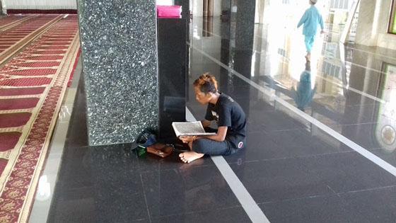Foto Heboh! Penjual Cilok Dandanan Preman Penghafal Al-Quran 25 Jus