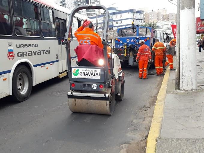 GRAVATAÍ | Prefeitura usa 2 novos caminhões tapa-buracos na recuperação da Dorival