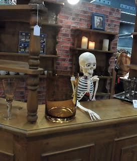 montaje de stand con bar y esqueleto en el desembalaje de bilbao en el BEC, barakaldo