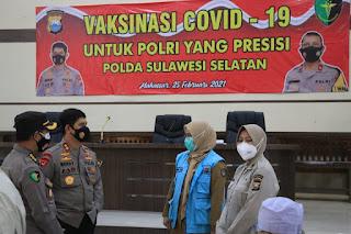 Kapolda Sulsel Pantau Vaksinasi Anggota dan Wartawan di Gedung Aula Mappaodang