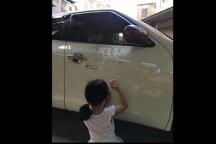 Ayah Ini Bebaskan Putrinya Coret-coret Mobil