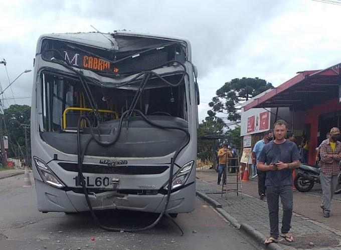 Curitiba: Ônibus colide e arrasta poste por quase 100 metros
