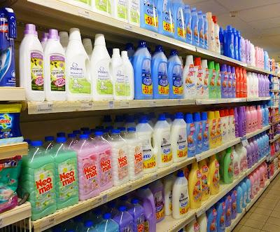 Na wszystkich tych półkach znajdują się płyny do płukania tkanin. Hmmm… Który by tu wybrać?