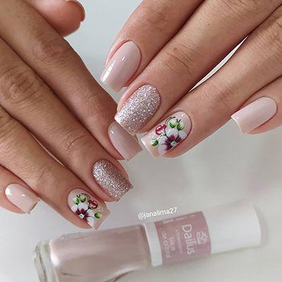 unhas decoradas com esmalte nude claro e glitter