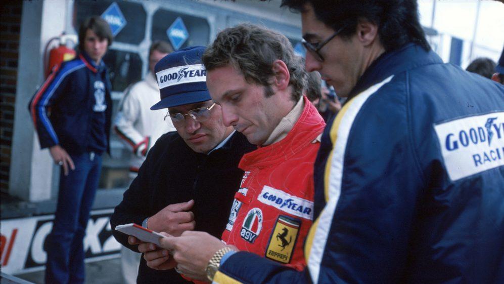 Daniele Audetto [R] com Lauda em Nurburgring em 1 de agosto de 1976.