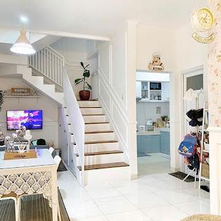 ruang keluarga dengan tangga cat warna putih
