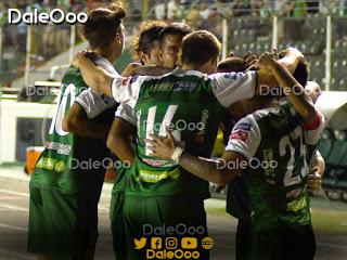 Jugadores de Oriente Petrolero festejan el gol de Ricky Añez con el que le ganaron a San José - DaleOoo