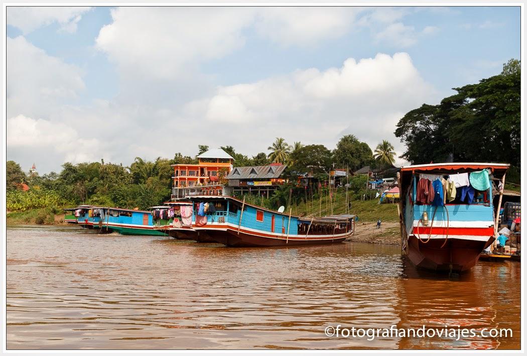 barcos en el Mekong en Laos