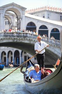 amoureux sur une gondole à Venise