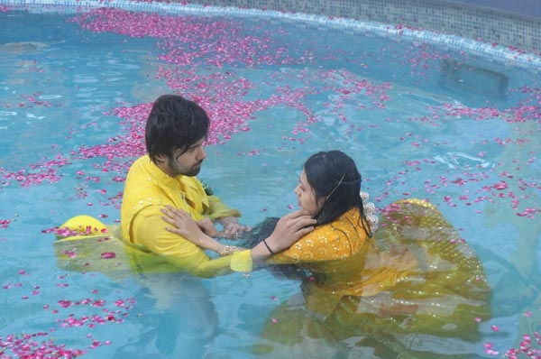 Avinash Mukherjee and Radhika Muthumkar shoot in a swimming pool for 3 hours for a perfect shot