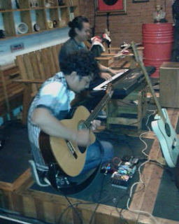Pemain gitar akustik