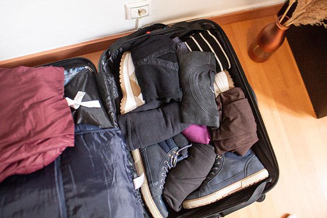 como dobrar roupas na mala