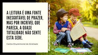 Crianças sentadas lendo