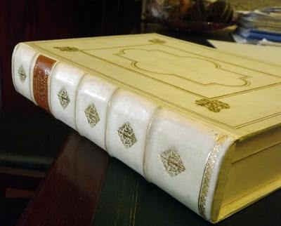livro com capa restaurada
