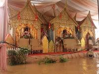 Pelaminan Direndam Banjir, Tamu Dijemput Pakai Ini