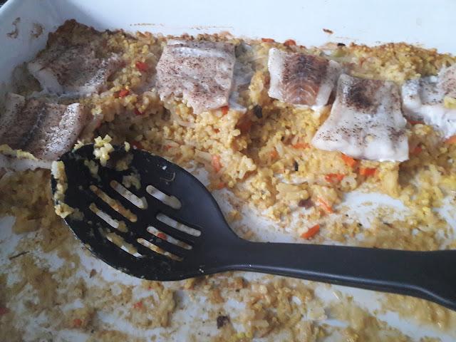 Pieczona ryba w warzywami w sosie szpinakowym