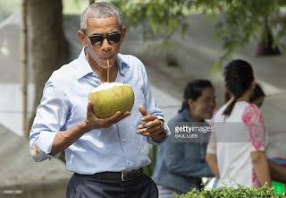 presiden obama minum air kelapa