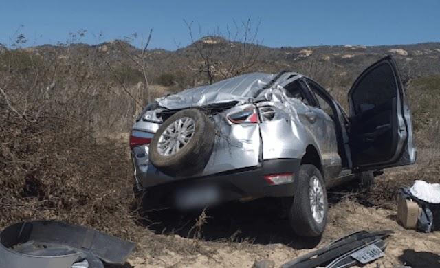 Buraco na pista provoca capotamento de veículo na PE-160, próximo a Jataúba