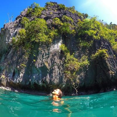 Бали, Индонезия. Bali, Indonesia, девушка купается в море, скалы
