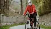 Wajib Pakai Masker Kain, Berikut 5 Tips Aman Bersepeda di Tengah Pandemi