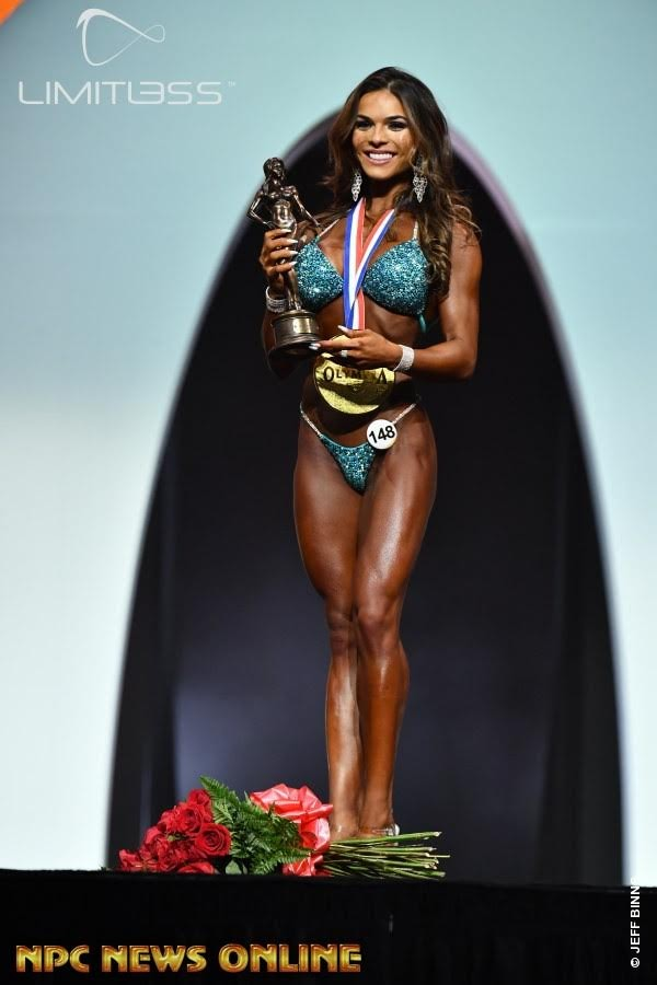 Elisa Pecini posa com o troféu de campeã da categoria Bikini Olympia. Foto: NPC/Jeff Binns