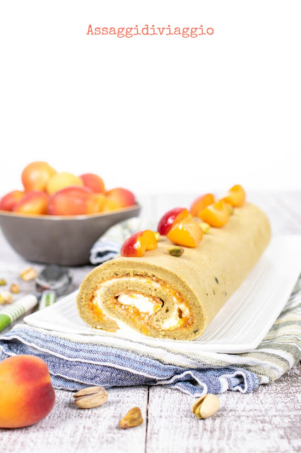 Rotolo al pistacchio con albicocche e crema al mascarpone