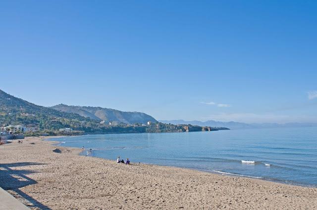 piasek w Cefalu, wypoczynek na wyspie, Włochy na wakacje