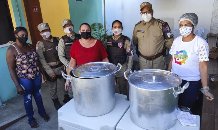 Ronda Maria da Penha entrega sopa para moradores de Jequié