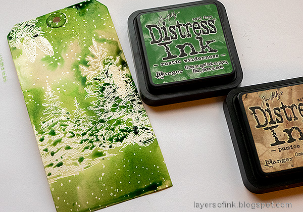Layers of ink - Rustic Wilderness Tag Tutorial by Anna-Karin Evaldsson. Ink with Tim Holtz Rustic Wilderness.