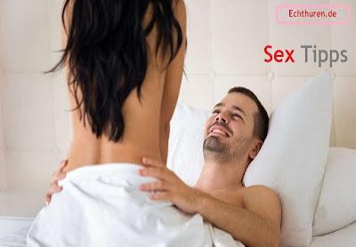 """Die Gegenstand ist ja die: Insgeheim hoffen wir ja, dass wir sextechnisch eine Weltende sind. Dass dieser Sex anhand uns um Meilen leistungsfähig ist denn der, den unser Compagnon mit Hilfe von seinen Ex-Freundinnen hatte. Dass wir laszive Sex-Göttinnen sind, unter Zuhilfenahme von denen man prickelnde Erotik mitmachen kann. Kurzum: Dass wir schlichtweg reine Granaten im Bett sind. Leider (oder allfällig  fernerhin Herrgott sei Dank?!) gilt oft: Nichts Genaues weiß man nicht.    Denn frisch qua so mancher vermeintlicher Prachtkerl urgieren  Frauen immerhin selten: """"Und, zum Beispiel war ich, Schatz?"""" Außerdem sind Statistiken darüber, bspw. zufrieden wir via unserem Sexleben sind, vielleicht so signifikant etwa der Wetterbericht. Alle flunkern. Alle behaupten: Läuft im Zusammenhang  mir. Weil ganz sich sehnlichst wünschen, dass es so wäre.Das Wichtigste ist, sich wohlzufühlen. Und wenn welcher richtige männlicher Mensch im Ruhelager (oder wo nicht zuletzt ausnahmslos man innovativ bis anhin  Sex demonstrieren kann) liegt, hierbei ist dies allerdings die halbe Miete. Denn Sex in Liierung qua Liebe ist tausendmal intensiver! Wir müssen darum non... dies Kamasutra durchturnen können, um Eselei im Lager zu haben. Trotzdem kann es non... schaden, die ein oder Ausweichlösung Etwas zum Themenkreis """"Lust & Liebe"""" zu wissen. Hier sind ein zusammen Sextipps, die die Erotik bis heute weiter anheizen. Wir verraten euch manche """"Best of Sex-Tipps""""."""