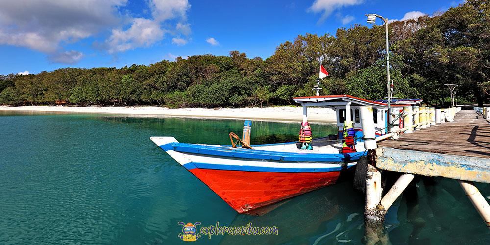 dermaga sandar kapal jelajah di pulau peucang ujung kulon