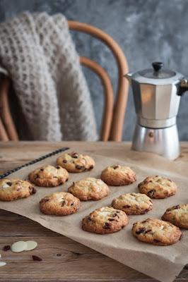 Cookies au chocolat blanc et cranberries à la sortie du four