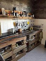 Muebles de cocina hechos de palets de madera reciclados