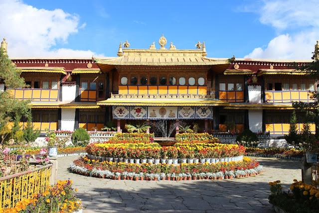 Điểm dừng chân cuối trong hành trình khám phá lãnh địa Phật Giáo thiêng liêng là cung điện mùa hè Norbulingka. Cố cung mùa hè nằm bên bờ sông Lhasa, cách cung điện Potala 2km về phía Tây được khởi công xây dựng từ thế kỷ 18. Cung điện mùa Norbulingka đồ sộ gồm 4 khu cung điện, một tu viện và nhiều phòng ốc nằm trong khu vườn rộng lớn. Đây cũng là nơi ghi dấu những sự kiện chính trị mang tính lịch sử của Tây Tạng.