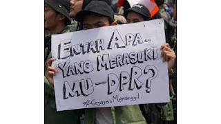 Tulisan Kocak Waktu Demo Mahasiswa di Depan Gedung DPR 5