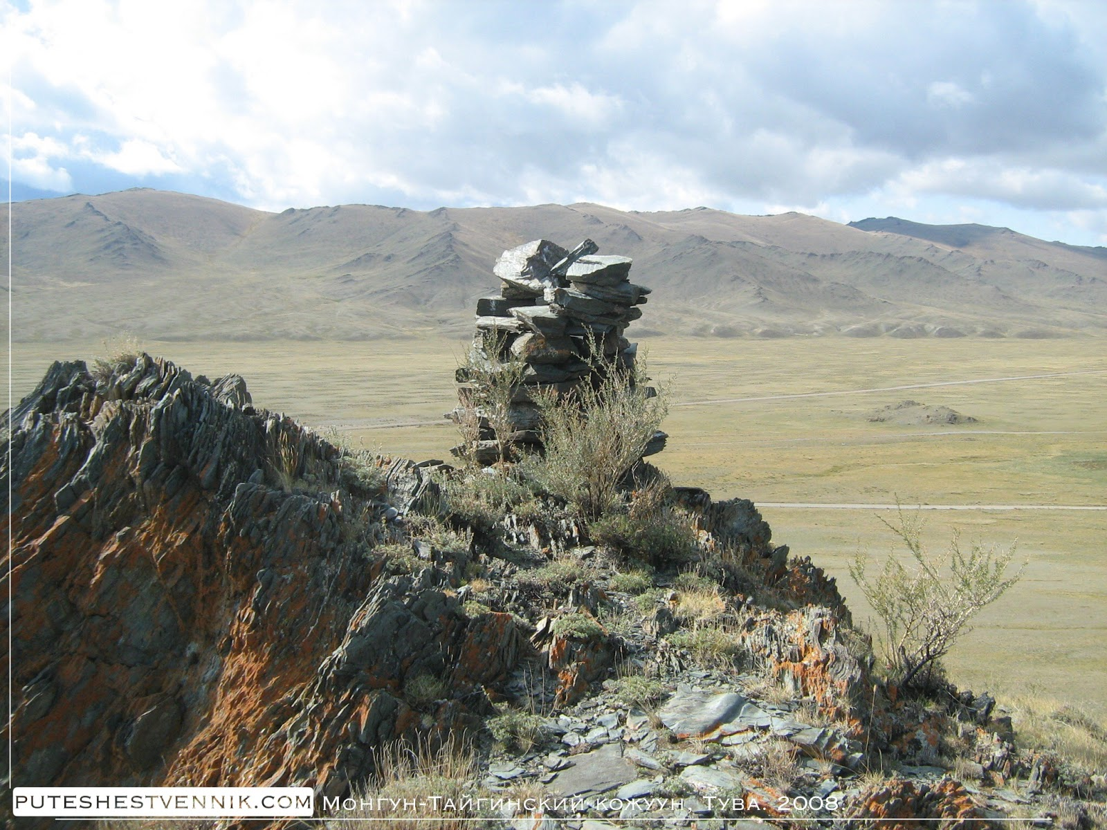 Сложенные на горе камни
