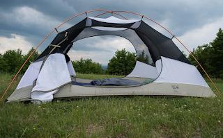 Tenda untuk mendaki gunung