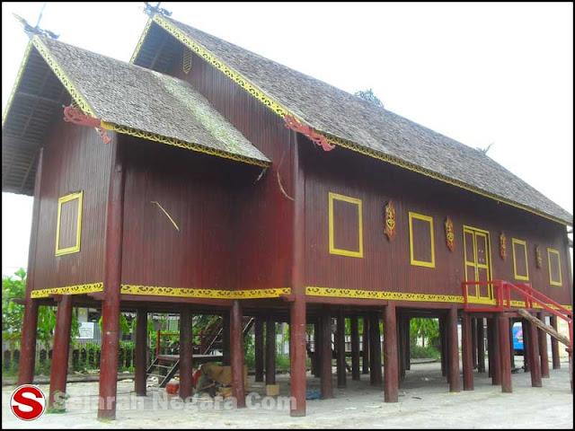 Gambar Replika Rumah Betang di Alun-alun Kuala Kapuas